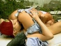 Zwei Frauen in der freien Natur