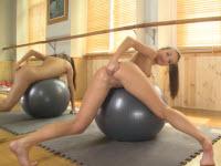 Teeniegirl fistet sich selbt bei der Gymnastik
