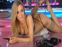 Paige posiert für die Camzuschauer auf Pink Latex