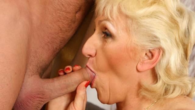 Reife Blondine genießt ihren Liebhaber