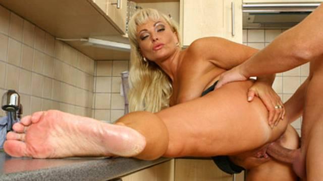 Blondie gehört in die Küche